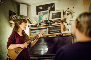Kaisa laulab ja mängib kitarri.